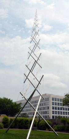 Your scribe admires the soaring work of the American sculptor Kenneth Snelson, outside the Hirshhorn. Snelson was a long-time associate of the vsionary Buckminster Fuller, who invented the tensegrity mast.
